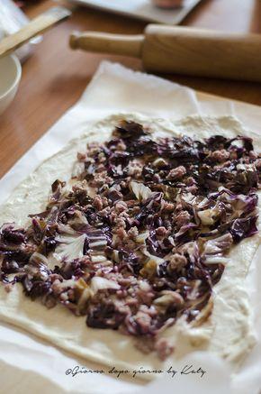 Il rotolo rustico con salsiccia, radicchio, taleggio e noci è un'idea stuzzicante da portare come proposta per un antipasto o secondo piatto.