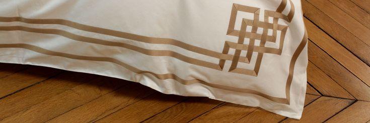 Détail (coin avant) de la housse de couette de la parure de lit : Or N°24. Création de Badam TS, fabrication française. Profitez de l'offre privée -25% en utilisant le Code Promo : RUBAN2016 Bénéficiez de cette offre en passant votre commande avant le 10 août 2016 pour une livraison expédiée à partir du 25 août 2016