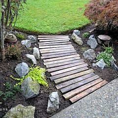 Placing the planks in a slight curve as well as random alignment made for a slightly more interesting take.: Ideas, Gardens Walkways, Wood Walkway, Pallets Wood, Gardens Paths, Pallets Garden, Pathways, Pallets Walkways, Pallets Boards