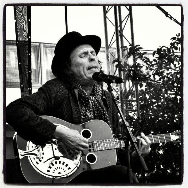 #DaveLindholm ja Totoron muotoinen slide-kitara... #Kontufestari2016 #Kontulanostarilla #Kontula #ostari #itäHelsinki 20\8\16 #lähiö #lähiöhelvetti #ilmainen #konsertti #festivaali #päihteetön #festari