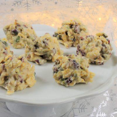 https://www.snedeno.cz/recept/hrudky-z-bile-cokolady-s-pistaciemi-a-brusinkami/