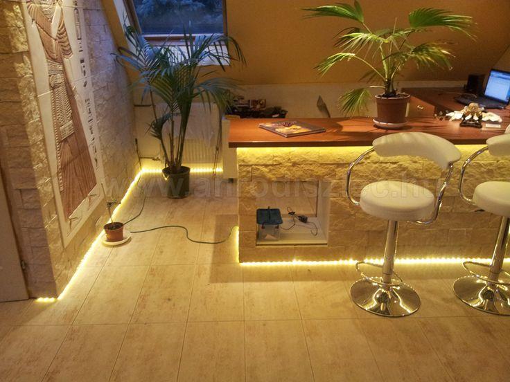 Dolgozószoba melegfehér fényű LED csíkkal. A lábazaton végigfuttatott LED szalag olyan hatást ad, mintha lebegne a fal és az asztal is! :)