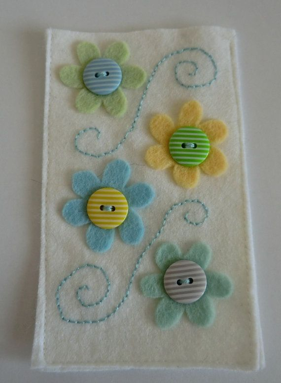 Funda de móvil de fieltro - White and pastel felt flower mobile phone case