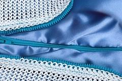 /Brigitte_Brigitte è un cuscino da esterno dai colori brillanti, caratterizzato dal gioco cromatico tra il rivestimento in tessuto maglia, 100% riciclabile (ECOLEFINE® Plastitex), e la fodera interna in raso di poliestere a creare un sorprendete effetto tra lucido e opaco.  Un perfetto accessorio per una seduta da esterno.