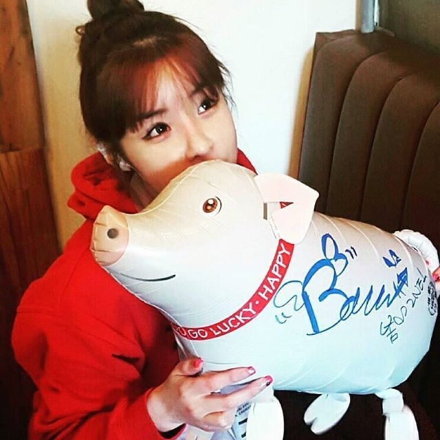 """160120 YG Restuarant update @3geori_butchers: """"2NE1's Park Bom visited our restaurant! It's been too long. Please come play often in the future"""" @haroobommi ㅡ The first official update of BOM in 2016 guyss"""