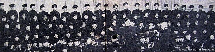 Краснознаменный ансамбль им. А.В.Александрова. Харитонов Л.М. крайний справа в верхнем ряду. 1960-62 гг.