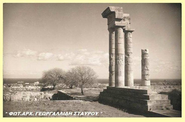 Φωτογραφία του χρήστη Γεωργαλλίδης Σταύρος η Ρόδος του Χτες.  Στην κορυφή του Λόφου, όπου δεσπόζει η Άνω Ακρόπολη της αρχαίας πόλης της Ρόδου διασώζονται ερείπια, όπως τρεις κίονες, από το ναό του Πυθίου Απόλλωνα, προστάτη της πόλης ενώ σώζονται επίσης τμήματα από τους ναούς της Πολιάδας Αθηνάς και του Δία .