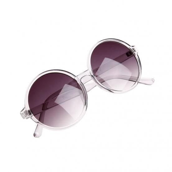 Essayer les lunettes d'adriana karembeu