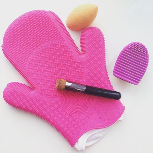 Как правильно мыть кисти для макияжа. Все от А до Я. Отзыв уже на блоге! ☝️ http://www.lilylook.com.ua/?m=1 #моемкисти #какмытькисти #какправильномытькисти #моемкистидлямакияжа #какправильномытькисти #какправильномытькистидлямакияжа #кистидлямакияжа #кисти #рукавичкадлямытьякистей #рукавичкасигма #рукавичкаsigma #sigmaspabrushcliningglove #sigmaglove #чеммытькисти #очищениекистейдлямакияжа #дизенфекциякистейдлямакияжа #lilylook