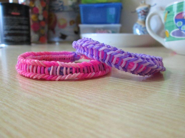 Braccialetti rosa-viola e viola-rosa fatti con gli elastici