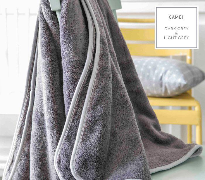 Šedá přikrývka na gauč se světle šedým lemováním ve francouzským stylu