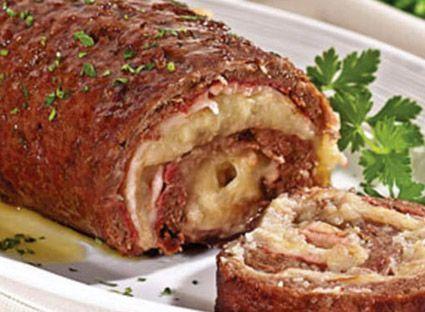 -Rende 8 porções Ingredientes 1kg de carne moída tipo patinho, acém ou músculo Miolo de 3 pães franceses 2 colheres (sopa) de cheiro-verde 2 ovos Sal e pimenta-do-reino a gosto 2 dentes de alho amassados 200g de presunto fatiado 200g de queijo mussarela fatiado 3 tomates cortados em rodelas 1 cebola grande cortada em rodelas 1/2 xícara (chá) de azeitonas picadas 1 colher (sopa) de margarina Óleo para untar Modo de fazer Coloque a carne, o miolo de pão, 1 colher (sopa) de cheiro-verde, os…