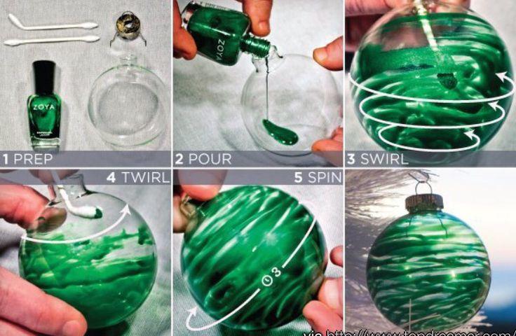 Met nagellak een glazen kerstbal versieren. Wat een leuk effect!