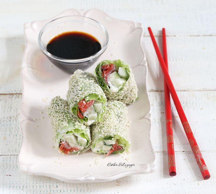 Оригинальная и вкусная полезная закуска: спринг-роллы с красной рыбой и овощами.  Калорийность одного листа рисовой бумаги около 30 ккал. Калорийность одного ролла получится не больше 60-70 кк