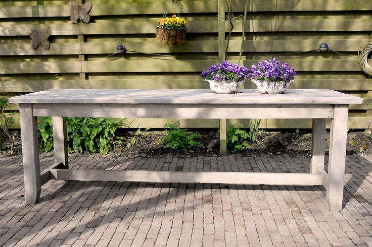 Eettafel 'Midsomer' voor buiten.  Het tuinmeubilair is dubbel duurzaam. Het hout komt uit Nederlandse parken (in plaats van bijvoorbeeld regenwouden) én de meubels gaan zelfs onbehandeld al meer dan tien jaar mee!