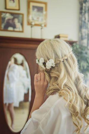 三つ編み+生花のロングダウンでピュアな印象♡春の両家顔合わせ・結納におすすめの髪型一覧♡