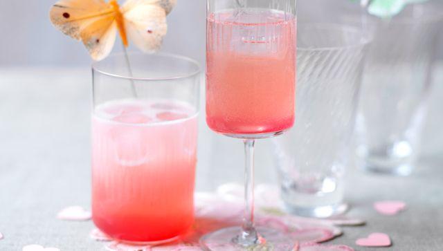 Red kiss: 1 lima, 50 g de azúcar, 1/2 granada (aprox. 200 g), 3 cl de aguardiente de cereza, cubitos de hielo y 400 ml de vino espumoso prosecco. Elaboración: Rallar la cáscara de media lima y exprimir el zumo. Añadir el azúcar al zumo, llevar a ebullición, dejar hervir a fuego lento durante 3 min más; dejar enfriar el jarabe. Exprimir la granada. Mezclar el zumo con el jarabe, la cáscara de lima y el aguardiente y agitar esta mezcla junto con los cubitos. Añadir el vino espumoso frío.