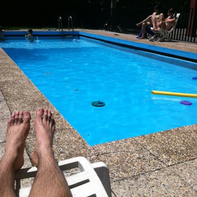 Disfrutando de un agradable día de piscina con la familia.