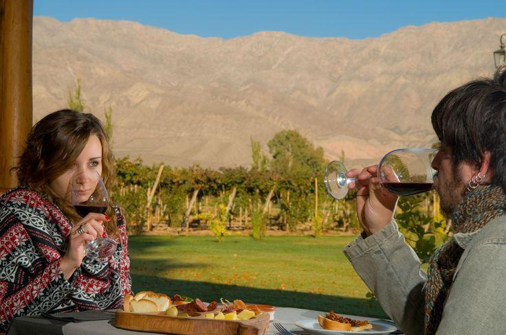 #SanJuan, #TierraDeVinos Una copa de #Syrah de intenso aroma, rodeados de sabores locales y abrazados por las montañas: un día que quedará para siempre en tu memoria.  #ArgentinaEsTuMundo en www.facebook.com/viajaportupais  Crédito: Gustavo Sabez Micó