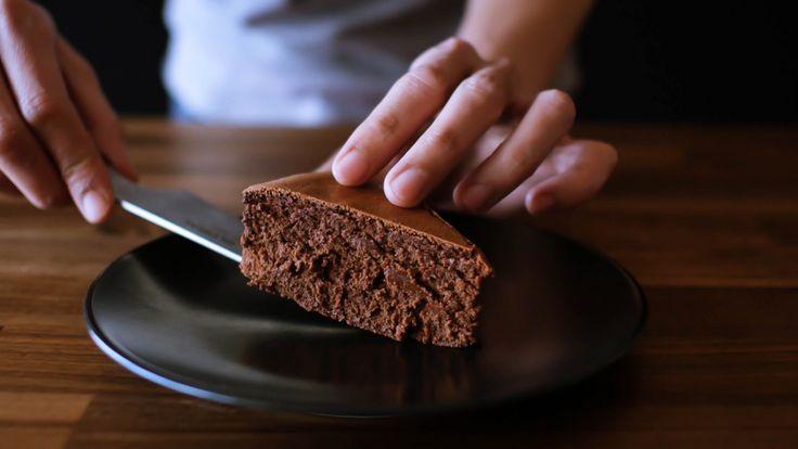 生チョコのような滑らかな口溶けのガトーショコラのレシピの紹介です。 しかも4種類の材料、チョコ、生クリーム、卵、砂糖だけで作れちゃいます。作り方もいたってシンプル。今年のバレンタインにどうでしょうか?