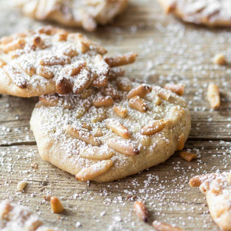 Süßer Marzipan und aromatische Pinienkerne geben sich die Ehre und vereinen sich zu wunderbar weichen Plätzchen, von denen du nicht genug bekommen kannst.