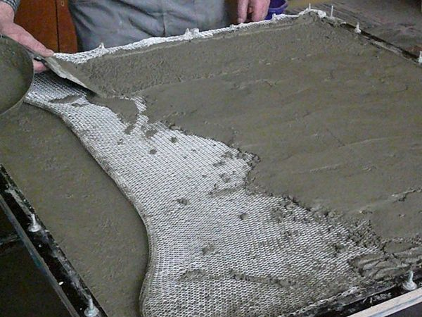 concrete textile This new integration concrete - textile fibers allows to realize precisely elements, precast panels, etc. reduced thickness and therefore light, thin profiles and sandwich panels, shell structures, knitted rhomboid, also covers medium and large spans. A speech deserves the Concrete Canvas structures that allow you to make small artifacts and covers an impregnated conglomerate which hardens after being wet. It is waterproof and fire resistant. Easily transportable in packs