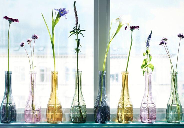 """""""Manchmal gehen einzelne, kleine Blumen in einem Strauß einfach verloren. Mit einer farbenfrohen Vasenkollektion bekommt nun jede Blume die Aufmerksamkeit, die sie verdient."""""""