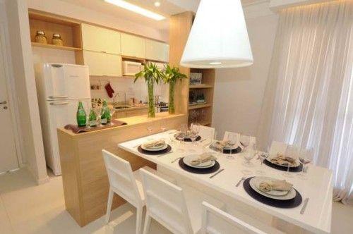 Sala de jantar com cozinha americana em madeira para aquecer o ambiente.