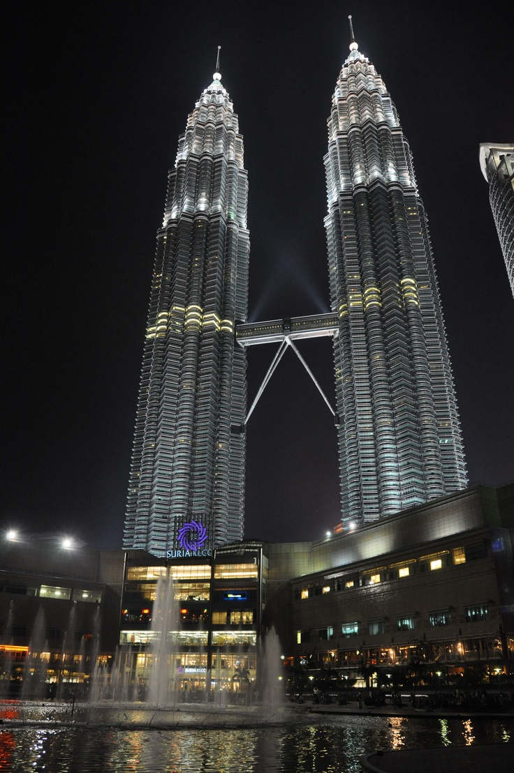Feast your eyes at the most popular mall in Malaysia (no...it's not the KLCC Twin Towers...look at the base of the two towers), KLCC Suria Mall. Fairly high-end goods (not all of them but most of them).