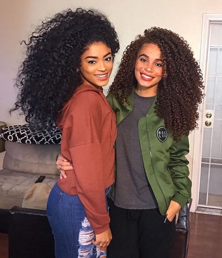 The girl on the right has almost the exact same curl pattern as me, only her hair is much thicker ❤️❤️❤️