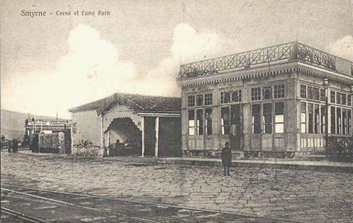 Punta iskele aşırı kuzey yakınında yer alan, Cafe de la Pointe mekan da (sağda) Lunapark olarak sevk edildi. Kivetos Tiyatrosu önceki zamanlarda burada yer alıyordu. Lunapark sol tarafına Pier tramvay bakım ve onarım istasyonu yer. Luna Park sahibi Seydiköylülerle bir ev vardı Athanasiou Dimopoulo oldu. Corso Cafe muhtemelen (Cafe Eden muhtemelen daha önce durdu) sola mesafe görünür yapıdır.