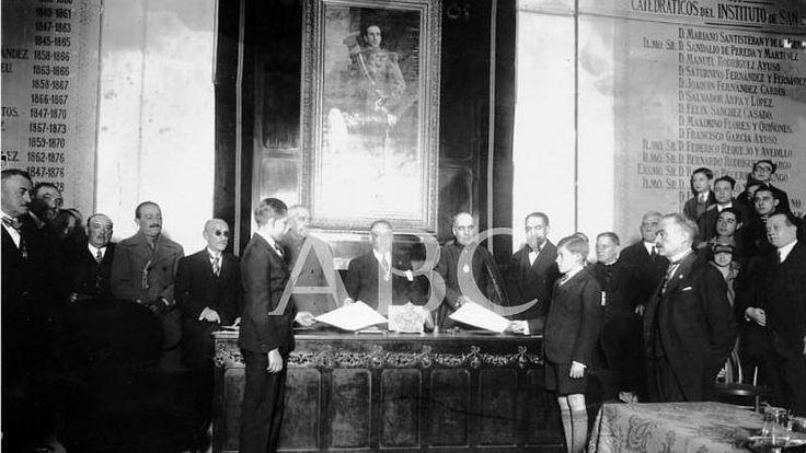 Madrid. Julio de 1930. Don Juan recibe los diplomas de Bachiller en el Instituto San Isidro
