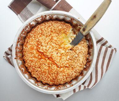Ett gott recept på fluffig, glutenfri sockerkaka. Du gör kakan av bland annat ägg, socker, glutenfritt mjöl och potatismjöl. Sockerkakan är härlig till fikat eller som efterrätt.