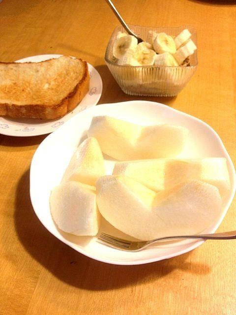 いただき物のジャンボ梨と何もつけなくても美味しかったトースト。バナナミューズリーは旦那の。 - 26件のもぐもぐ - 朝食 by ekianti
