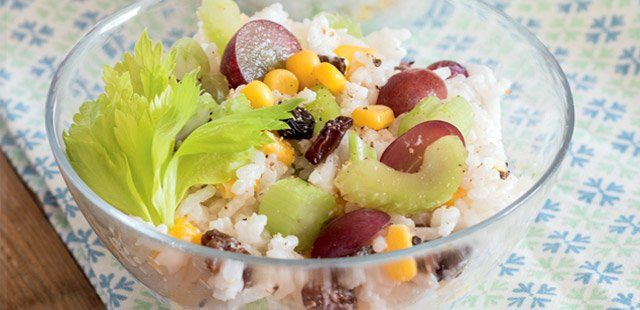 Ryżowa sałatka  z winogronami i kukurydzą