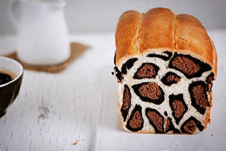 Хлеб с леопардовым узором  В Европе популярен жирафовый хлеб, узоры на корочке которого напоминают пятна жирафа. Парижский кондитер Патрисия Насименто приготовила хлеб, имеющий узор леопарда, и не на корочке, а на срезе. Патрисия щедро делится технологией со всеми желающими в своём видеоблоге. Для леопардового хлеба нужно приготовить 3 вида дрожжевого теста – простое, светло-шоколадное и тёмно-шоколадное. Каждое тесто разделить на 7 частей.