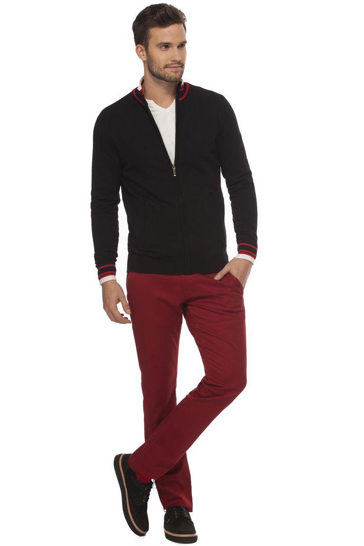 Cardigan avec fermeture éclair et détails rouges, porté avec un pantalon bourgogne / Cardigan with red details worn with nice red pants www.tristanstyle.com