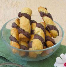 Τραγανά παιχνιδιάρικα μπισκότα, με δύο βουτυράτες ζύμες που θα συνοδεύσουν το τσάι σας και τον καφέ σας