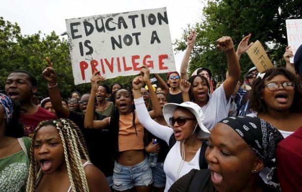 Scontri sono scoppiati la scorsa notte nelle principali università sudafricane. La polizia ha arrestato nove persone durante le violenze all'università di Johannesburg, nel corso delle manifestazioni di protesta degli studenti che rivendicano un'istruzione gratuita.Due veicoli sono stati dati alle fiamme durante gli scontri della scorsa notte aBraamfontein, un'area urbana che è stata teatro di violenze simili durante gli scontri tra studenti e polizia nel corso della settimana. Delle nove…