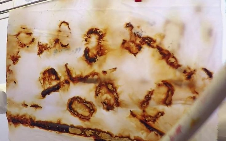 Rusttrykk: Tekstiltrykk med kjemisk reaksjon. Bland vann og litt eddik i en bolle, og bløtlegg et tekstil i blandingen.  Spre tekstilet utover et brett og legg på ulike gjenstander av jern.  Legg deretter stoffet over gjenstandene og dekk til med et håndkle og plast (f.eks. en søppelsekk).  La det stå natten over. Skyll og vask stoffet til