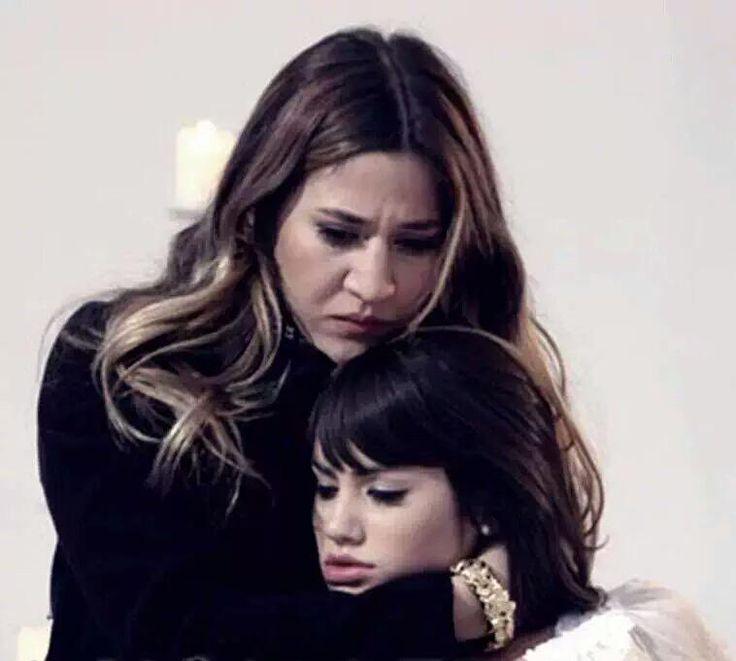 Jimena Baron y Lali Esposito como Esperanza y Marianela en Casi Angeles (4 temporada) 2010. Y pensar que en el 2015 se juntarian de nuevo como Gilda y Julia en Esperanza Mia