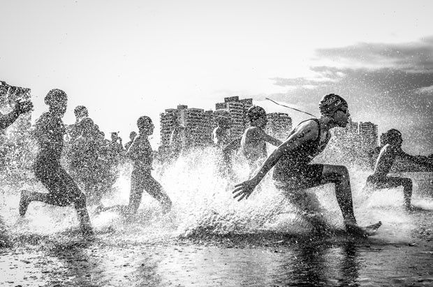 I was in Manaus, in the Brazilian Championship Aquathlon (swim and run). Water and photographed my lenses were completely wet, but these guys had so much energy that I just did not worry about it, 'said the photographer the magazine (Wagner Araujo / National Geographic Photo Contest)