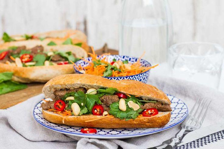 Recept voor broodje biefstuk Vietnamese style voor 4 personen. Met zout, olijfolie, peper, biefstukreepjes, bruin pistoletje, pinda's, koriander, munt, peen Julienne, rode peper, sesamzaad en sesamolie