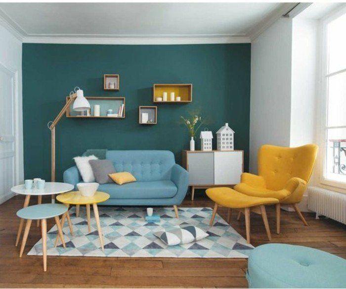 idée excellente couleur peinture salon avec un mur d'accent bleu pétrole, meubles minimalistes en bleu ciel et jaune