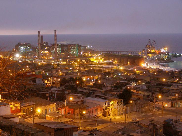 Fotografía tomada el 15 de Septiembre de 2007. El sector centro-norte del puerto a solo dos meses de sufrir el devastador terremoto del 11-Nov-2007. La foto fue lograda desde el barrio Huella Tres Puntas.