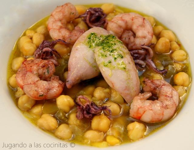 Guiso de garbanzos con chipirones y langostinos, cocina española