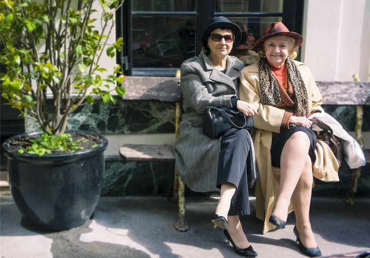 ll y a deux bancs à l'entrée de l'hôtel amour. Celui-ci… et celui sur lequel est assis le compagnon de ces dames.  «je suis navré, mais je ne suis pas photo-hygiénique! » Je l'ai donc tenu à distance du portrait…Santé Publique oblige.
