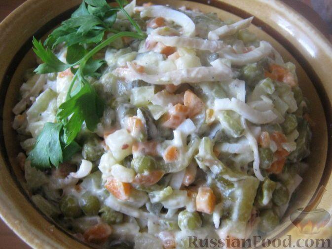 Салат из кальмаров с овощами Кальмары (филе) - 300 г Картофель отварной - 3 шт. Морковь отварная - 2-3 шт. Огурцы консервированные - 3 шт. Майонез - 100-150 г Горошек консервированный зеленый - 200-250 г Соль - по вкусу Сахар - по вкусу Перец - по вкусу