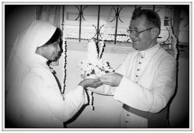 Mons. Colombo riceve un dono da una suora. Mogadiscio, Somalia