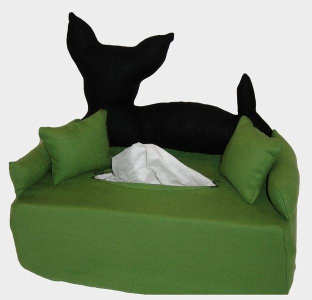 minihund auf mini sofa. Black Bedroom Furniture Sets. Home Design Ideas
